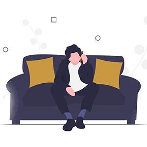 Persona pide un menú desde el teléfono sentada en su sofá